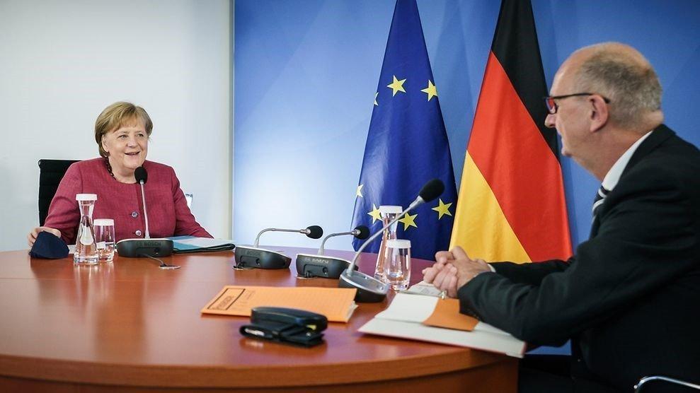Merkel: İnsanların demokrasiden yüz çevirmesi bir kayıptır