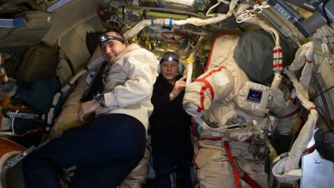 Rus kozmonotlar yılın ilk uzay yürüyüşüne başladı