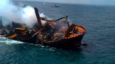 Sri Lanka'da günlerdir yanan gemi batıyor
