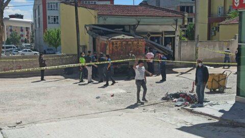 Freni patlayan hafriyat kamyonu dehşet saçtı