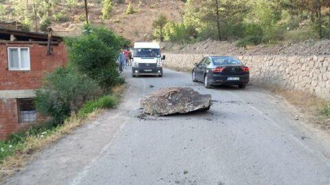 Yol inşaatında patlatılan kayalar evlerin üstüne yağdı