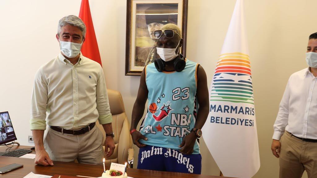 Trabzonsporlu eski futbolcu Yattara'ya doğum günü sürprizi