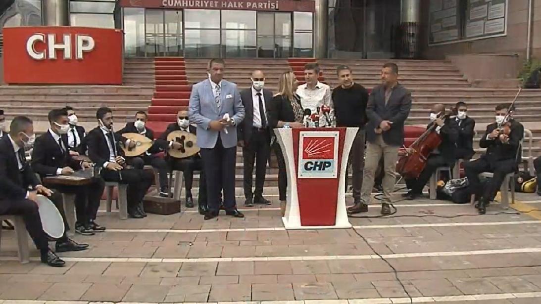 Müzisyenler, CHP önünde türkülerle hükümete çağrıda bulundu
