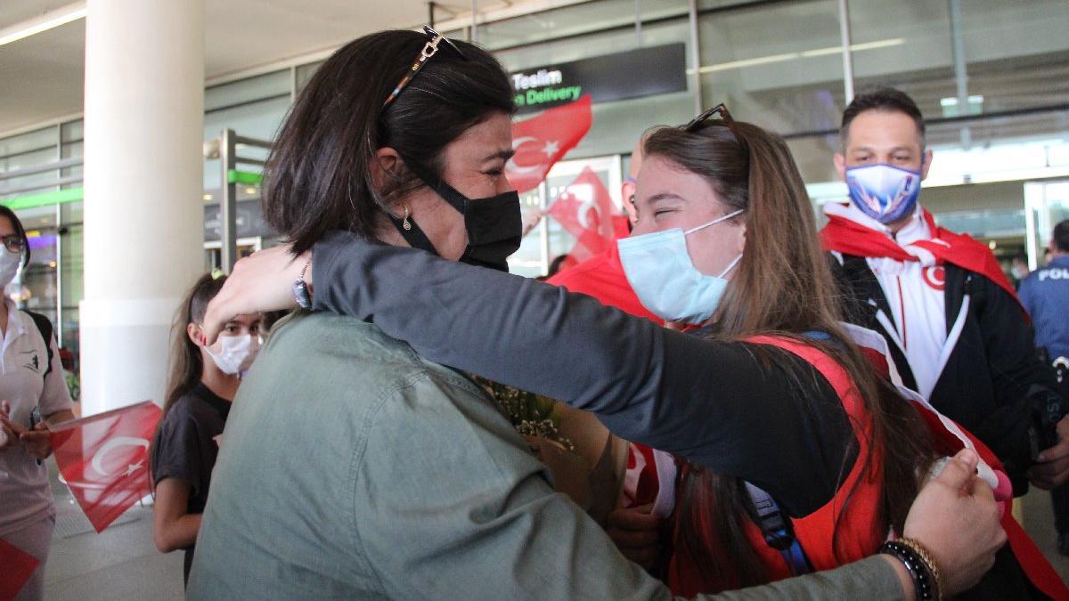 Ayşe Begüm Onbaşı'ya İzmir'de coşkulu karşılama... Annesi gözyaşlarını tutamadı