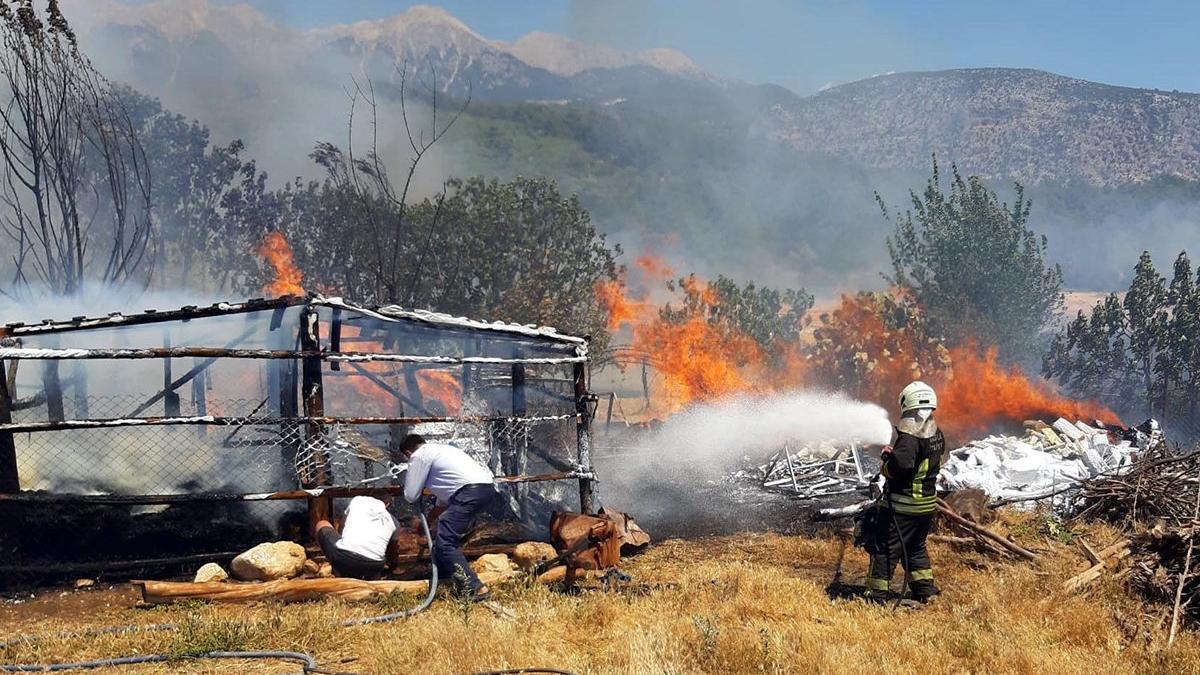 Balya makinasından çıkan yangın tarlayı küle çevirdi