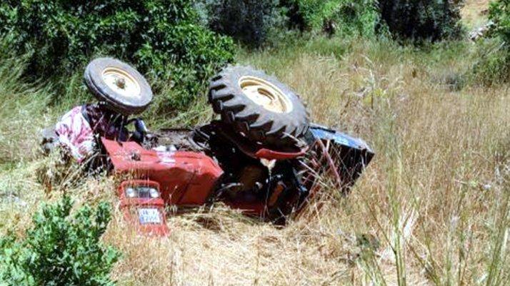 15 yaşındak traktörü devirdi, kardeşi can verdi