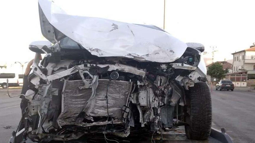 TIR otomobile çarptı: 5 yaralı