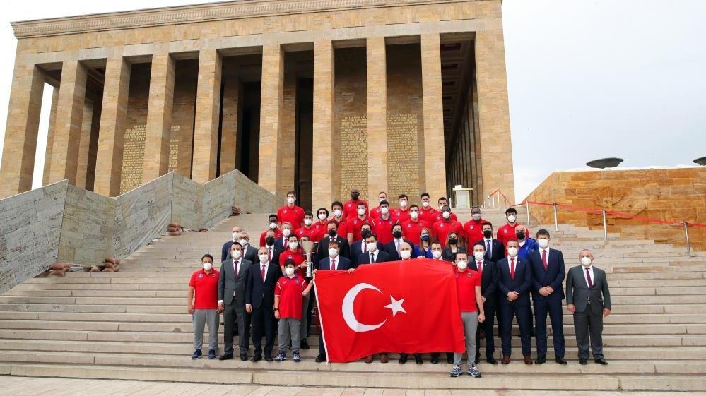 Anadolu Efes iki kupayı da Atatürk'e götürdü