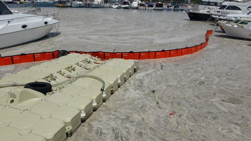 Çanakkale'de ilk gün denizden 17 ton müsilaj toplandı