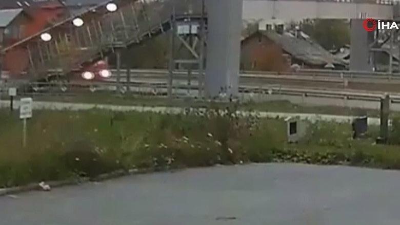Damperi açılan kamyon üst geçidi yıktı