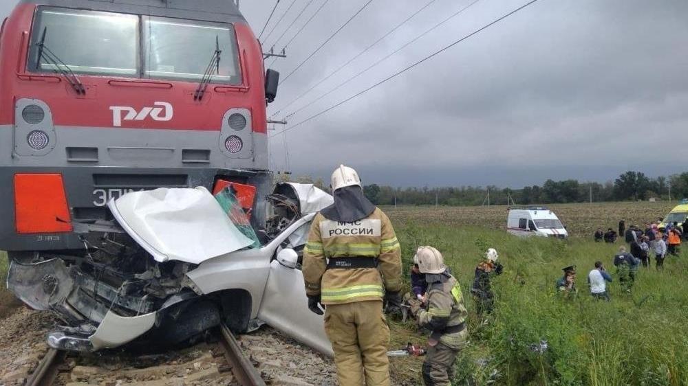 Rusya'da kırmızı ışığa aldırmayan cipi tren biçti