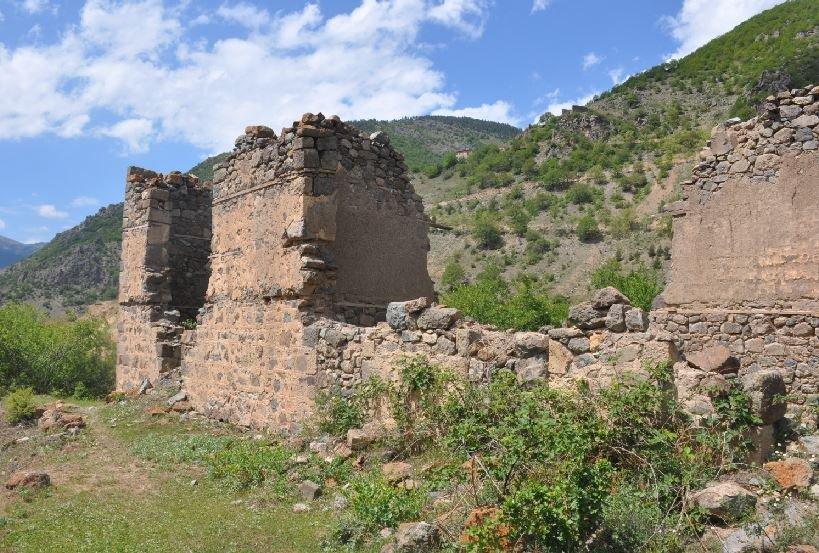 700 yıllık kalenin varisi olan aile, yeni bir kale için devrede