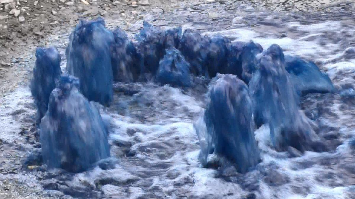 Rögarlardan mavi su fışkırdı