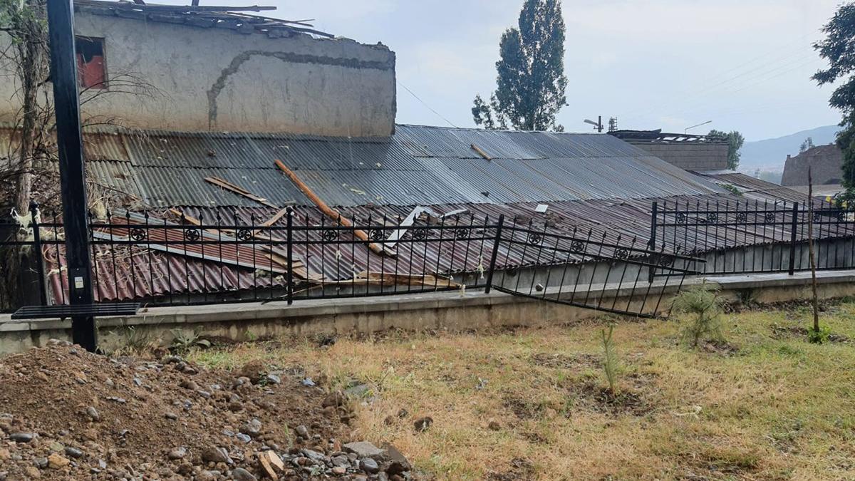 Fırtına fabrikasının çatısını uçurdu