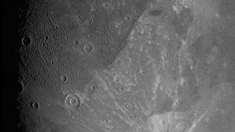 NASA, Güneş Sistemi'nin en büyük uydusunun fotoğraflarını yayınladı