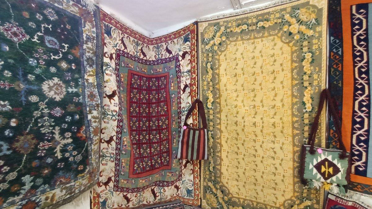 Hizanlı kadınlar Uşak halısı dokuyor