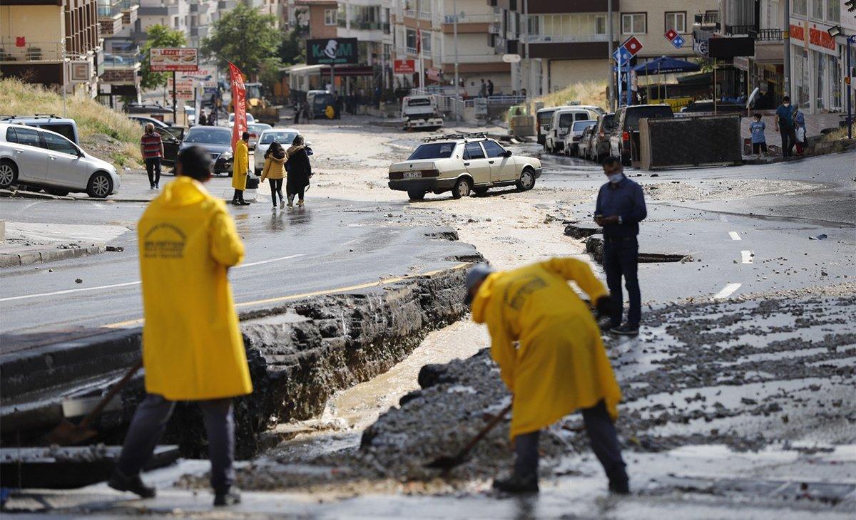Ankara'da sel! Otomobiller sürüklendi