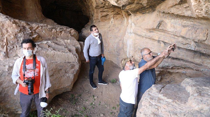 Put Mağaraları'nın duvarlarındaki figürlere inceleme
