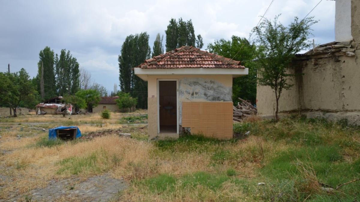 Devlet, köyün tuvaletini sattı!