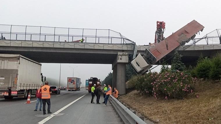 Bariyere çarpan TIR, köprüde asılı kaldı