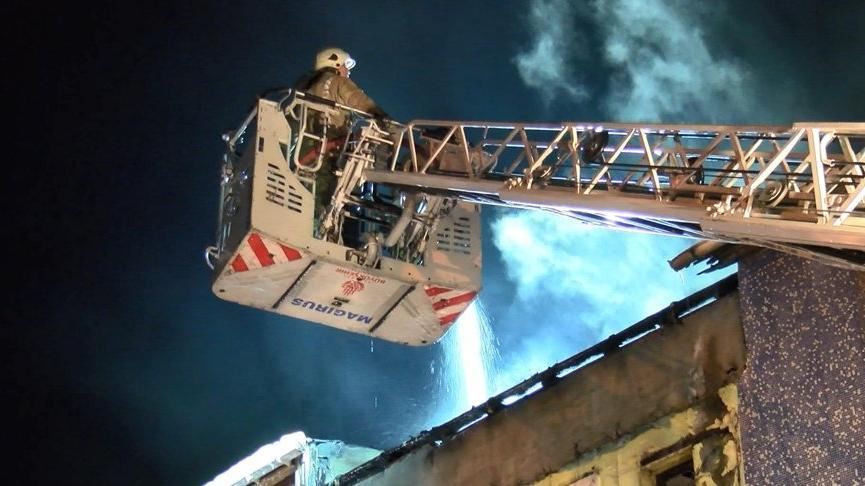 Fatih'te 4 katlı binanın çatısı alev alev yandı: Yangın çevredeki binalara da sıçradı