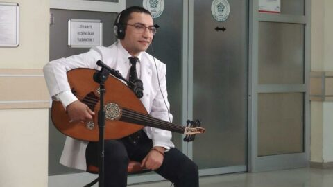 Hem şarkı söylüyor hem hastalarını tedavi ediyor