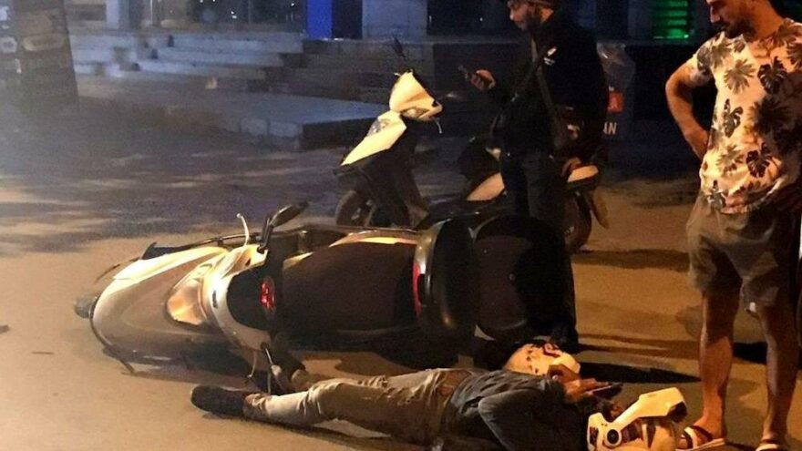 Boş yolda iki motosikletli kurye kaza yaptı