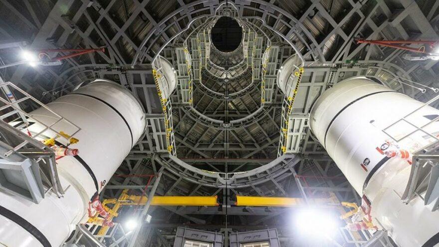 NASA Ay'a ilk kadını taşıyacak dev roketleri bir araya getirdi