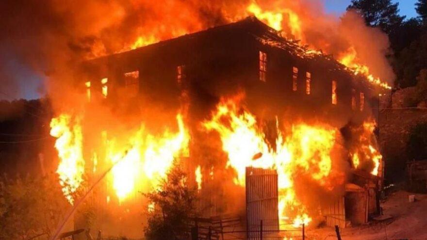 İki katlı ahşap ev cayır cayır yandı