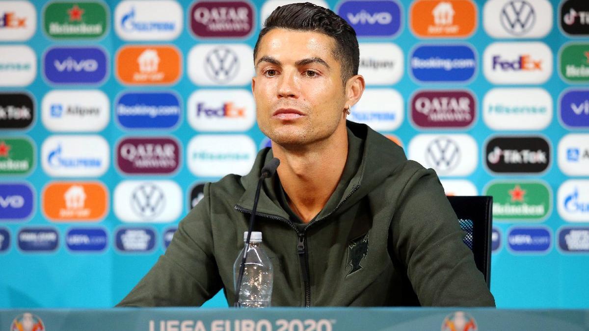 Cristiano Ronaldo'dan çok konuşulan hareket! Kola şişelerini kenara itti...