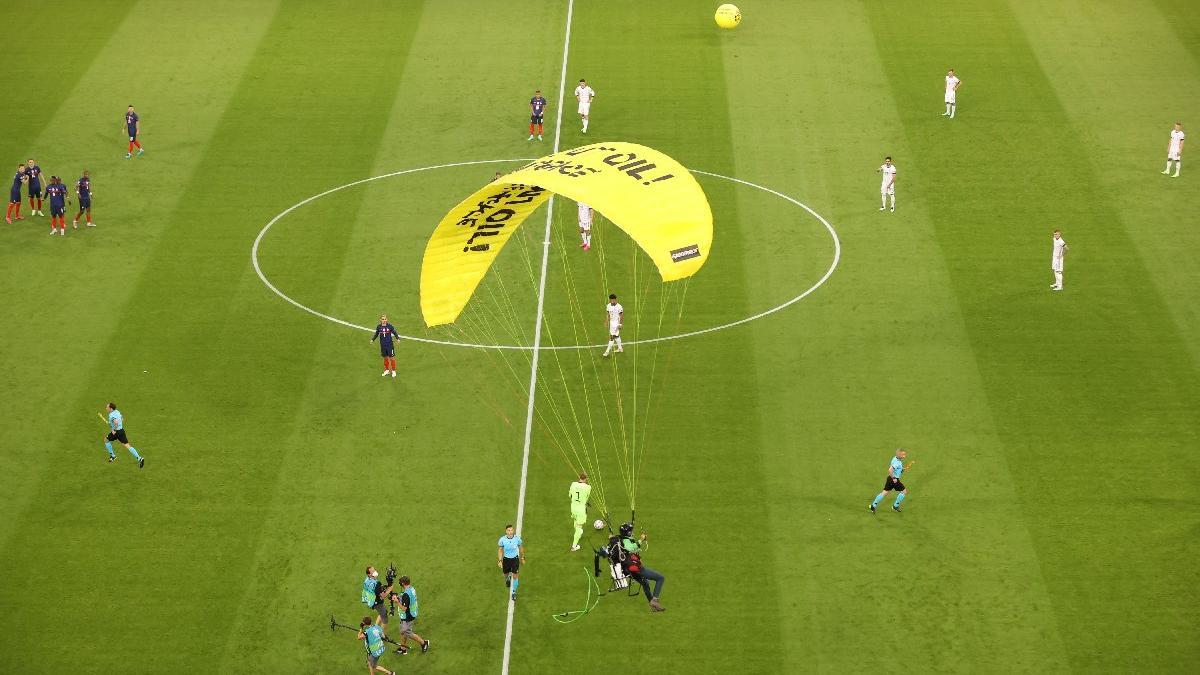 Fransa-Almanya maçında paraşütlü protesto! Felaket yaşanıyordu...