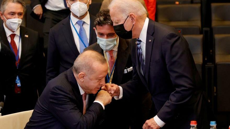 Biden'ın Erdoğan'ı selamlaması gündem oldu: 'Bir garip hareket'