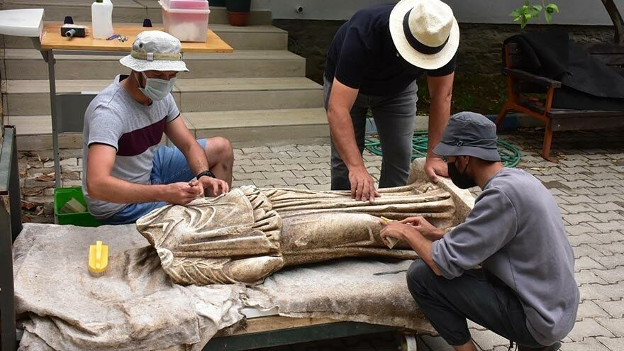 Metropolis Antik Kenti'nde 1800 yıllık heykel bulundu