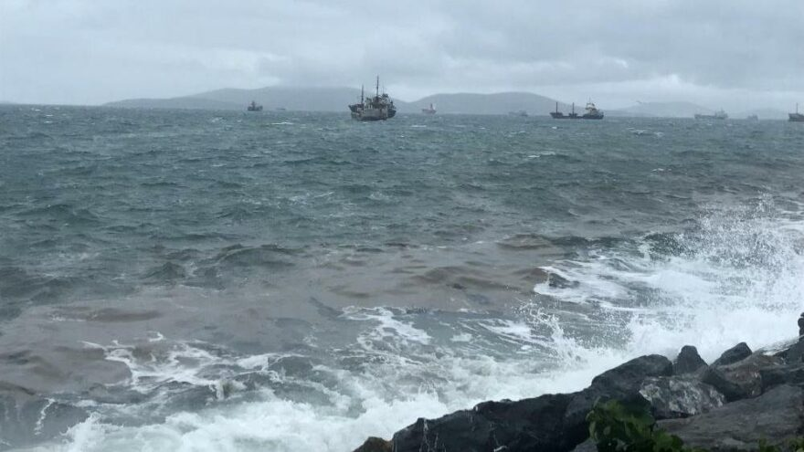 İstanbul'da kuvvetli rüzgar: Gemi sürüklendi