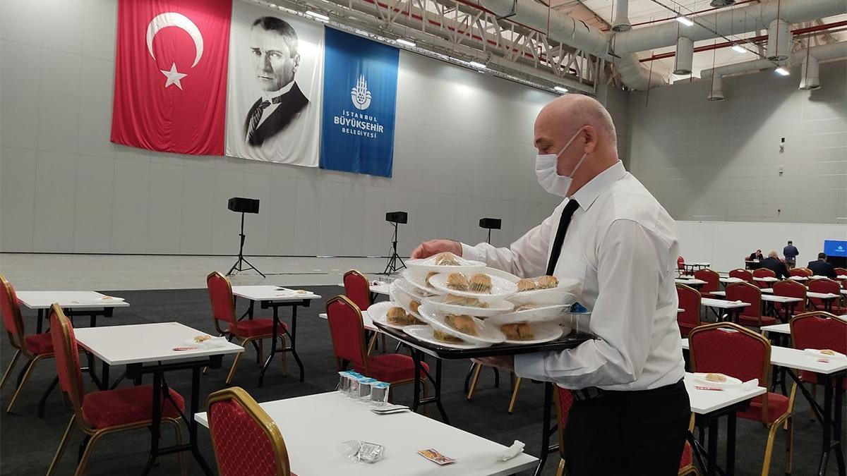 AKP İBB Meclisi'nde baklava dağıttı, CHP'liler yemedi
