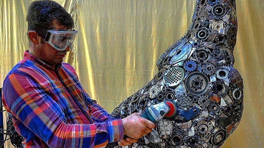 Atık malzemeleri sanat eserine dönüşyürüyor