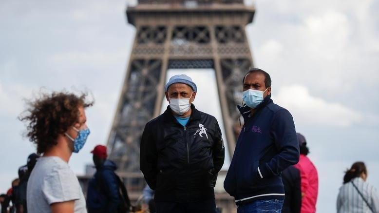 Fransa'da açık alanlarda maske zorunluluğu yarın kaldırılıyor