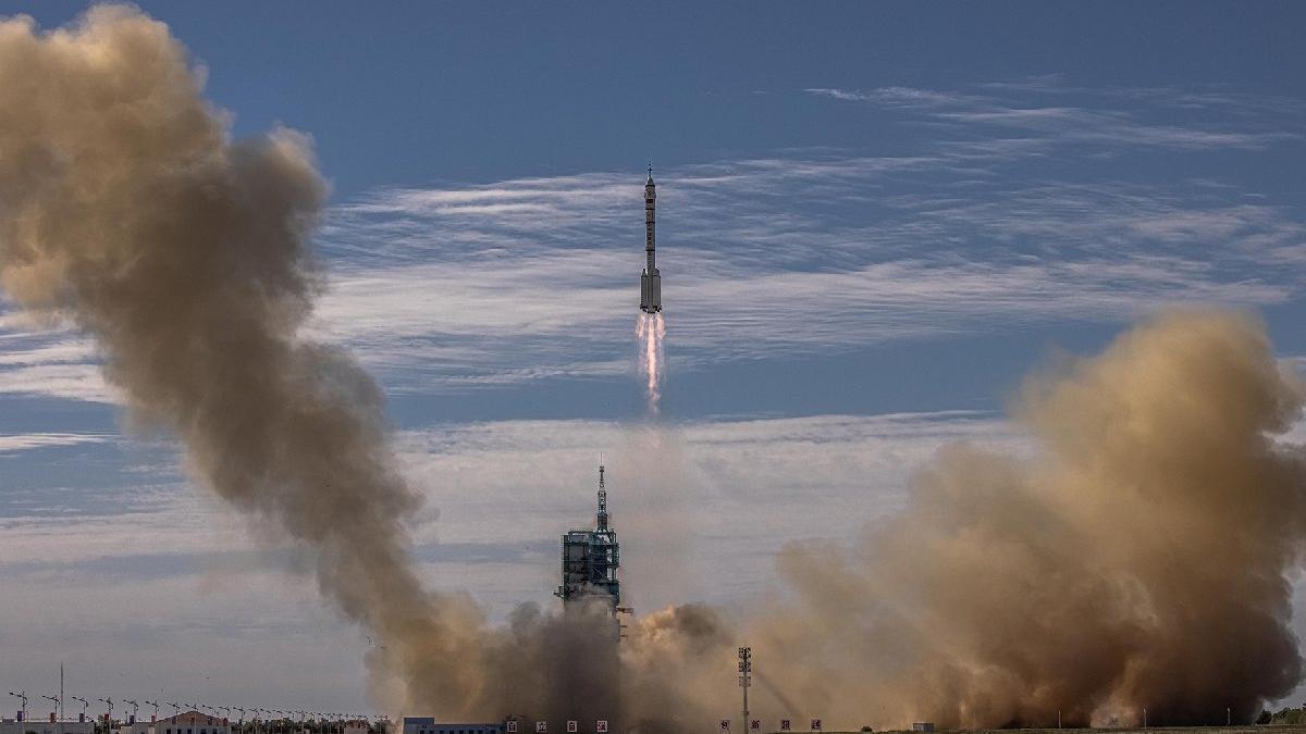 Çin yeni uzay istasyonu mürettebatını taşıyan Shenzhou-12'yi fırlattı