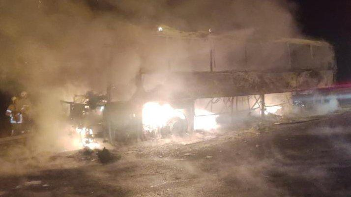 Gece yarısı facianın eşiğinden dönüldü: Otobüs alev alev yandı
