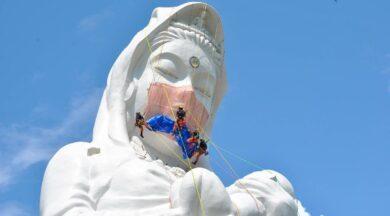 Japonya'daki dev Budist tanrıça heykelinin yüzüne maske yerleştirildi