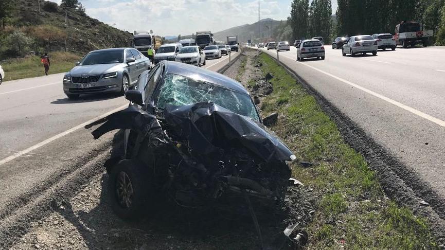 Ankara'da feci kaza! Otomobil iki araçla çarpıştı: 6 yaralı