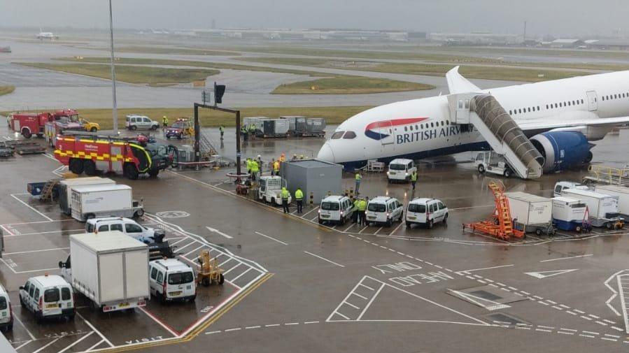 Londra'da havalimanında kaza: Uçağın iniş takımları kırıldı