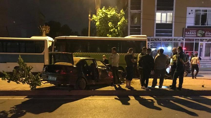 Düğün konvoyundaki otomobil, park halindeki 3 araca çarptı: 4 yaralı