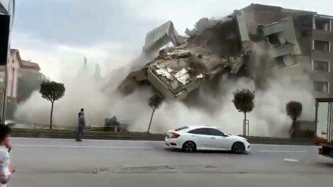 Şehir merkezindeki bina büyük gürültüyle yıkıldı