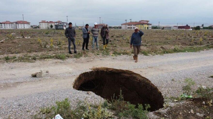 Derinlikleri 2-3 metreyi bulan yüzey yarıkları oluştu! Deprem uzmanından açıklama