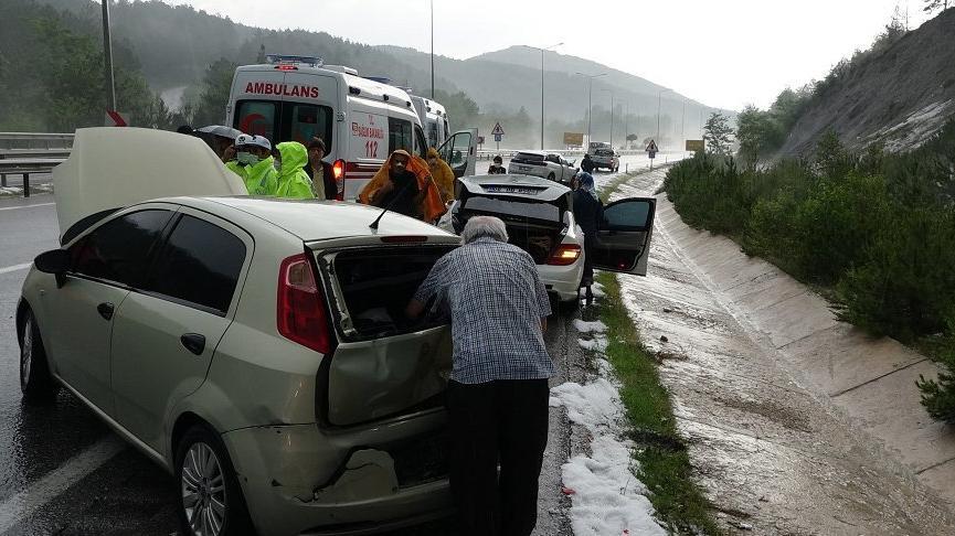 Dolu nedeniyle kara yolu buz pistine döndü, 7 araç çarpıştı