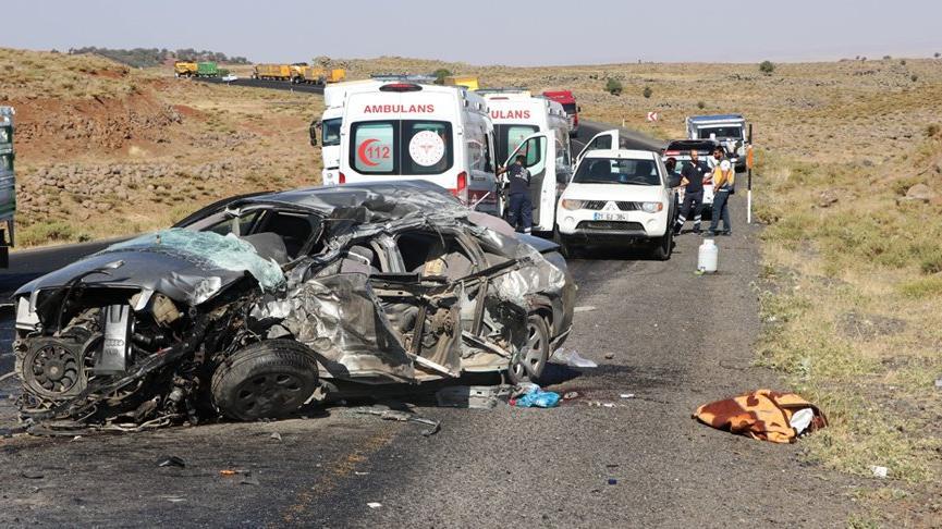 Tuğla yüklü kamyon ile otomobil çarpıştı: 2 ölü, 3 yaralı