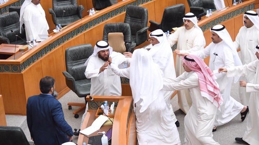 Kuveyt parlamentosunda bakanlar ile muhalefet vekilleri kavga etti