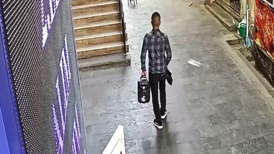 Hırsızlık yaptığı iş yerinin önünden geçince yakalandı