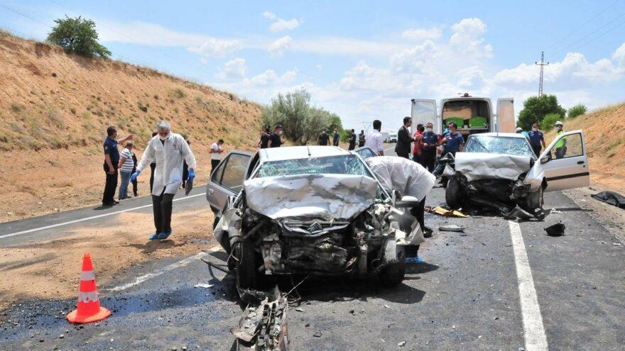 Otomobiller çarpıştı: 3 ölü, 3 yaralı